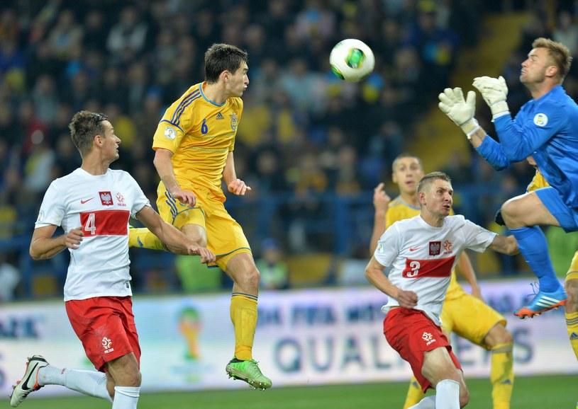 W bramce Artur Boruc robi, co może, a kadra wciąż przegrywa. Dostępu do bramki w meczu z Ukrainą bronili także Łukasz Szukała (z lewej) i Artur Jędrzejczyk (w głębi). /AFP