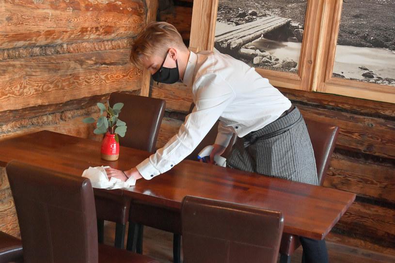 W branżach hotelarskiej i gastronomicznej brakuje pracowników /Paweł Murzyn  /East News