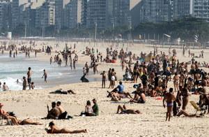W Brazylii rośnie liczba zachorowań, a na plażach tłumy