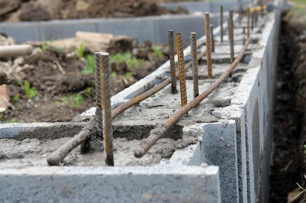 W budownictwie jednorodzinnym wykorzystuje się fundamenty betonowe lub żelbetowe /© Panthermedia