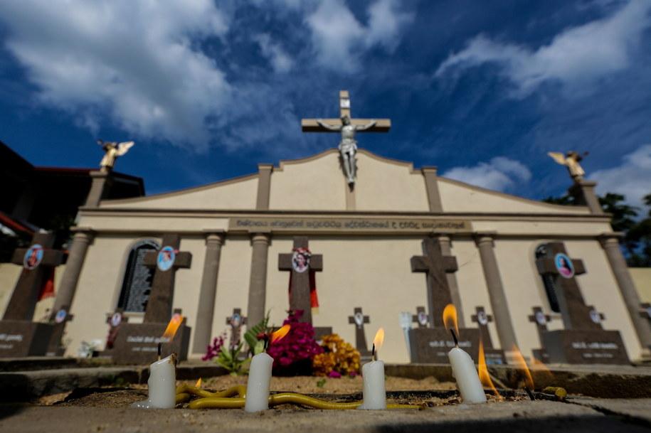 W całym kraju rozległy się kościelne dzwony, dla uczczenia ofiar. Obchody tej tragicznej rocznicy jednak nie odbywają się na dużą skalę /CHAMILA KARUNARATHNE /PAP/EPA