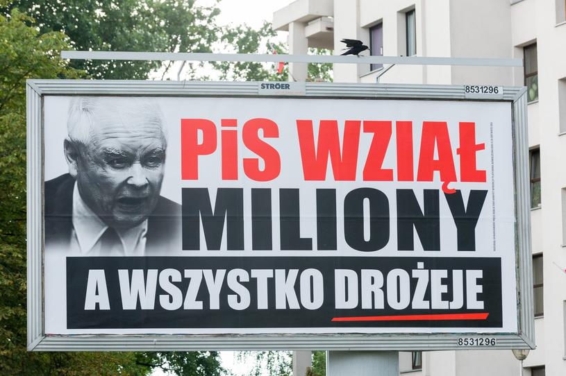 """W całym kraju takich plakatów jest blisko 2 tysiące - ustaliła """"Rz"""" /Artur Zawadzki /Reporter"""