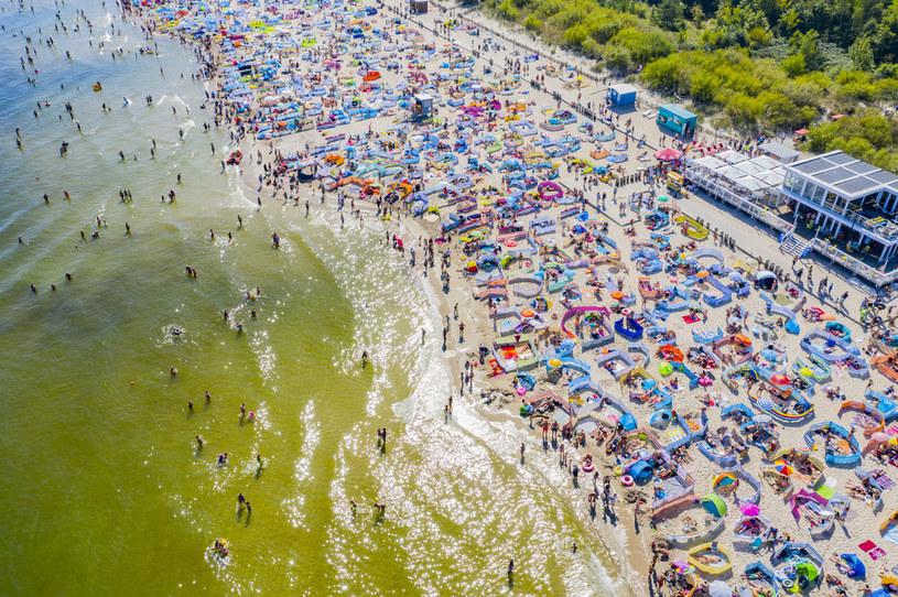 W całym Władysławowie na plażach, które najczęściej odwiedzają turyści, pojawiły się tablice informujące o zakazie puszczania w niebo lampionów /Robert Neumann /Agencja FORUM