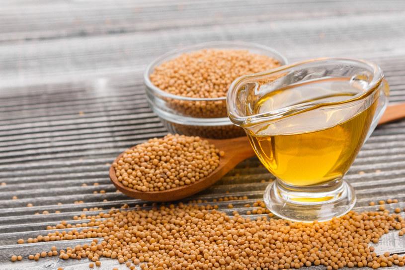 W celach pielęgnacyjnych używa się również oleju musztardowego /123RF/PICSEL