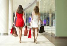 W centrach handlowych coraz więcej ludzi