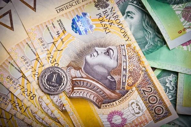 W centrali ZUS (pomijając zarząd) przeciętne pensje wyniosły 6174 zł /123RF/PICSEL