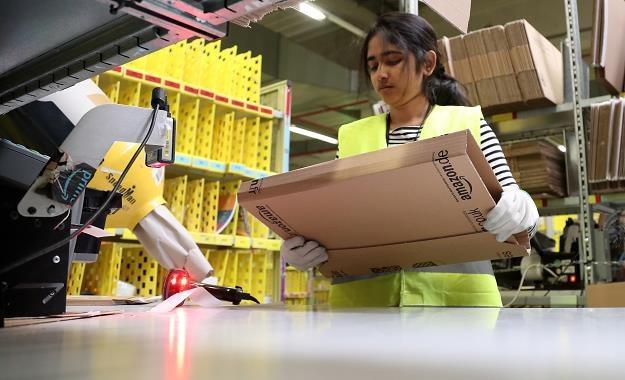 W centrum logistyczno-dystrybucyjnym Amazona w Rheinberg (Niemcy) /EPA