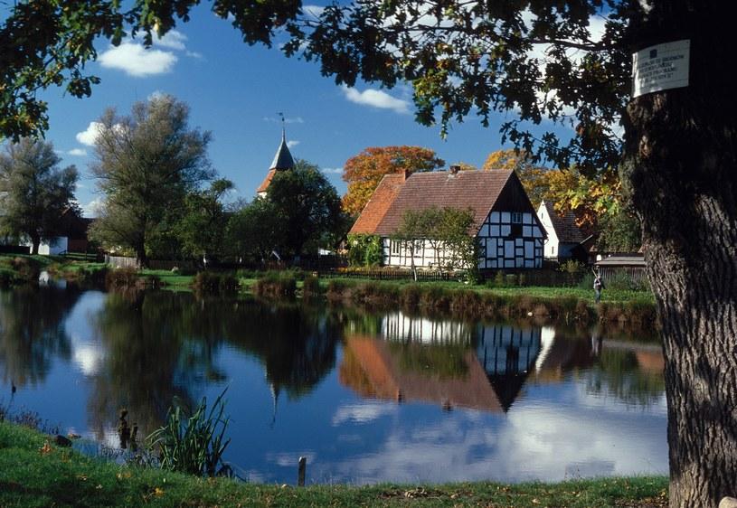 W centrum wsi znajduje się staw,  z przyległym parkiem oraz kościołem /Agencja FORUM