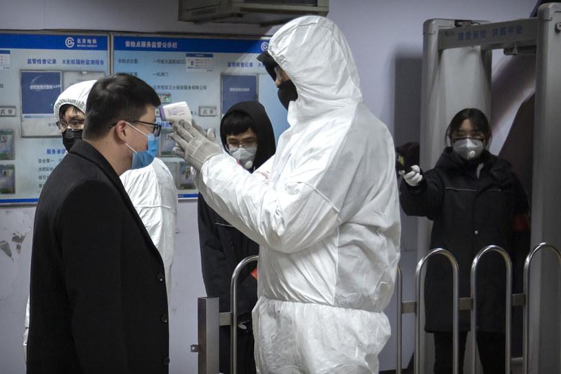 W Chinach, gdzie z powodu nowego koronawirusa zmarło już, według ostatnich danych, 56 osób, wprowadzane są koleje obostrzenia /AP Photo/Mark Schiefelbein /East News