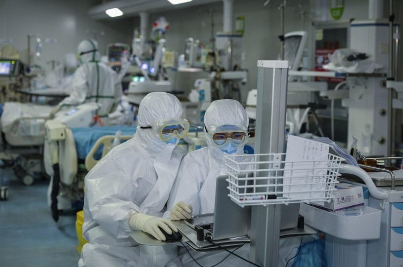 W Chinach, gdzie znajduje się pierwotne ognisko epidemii, potwierdzono już ponad 80 tys. infekcji i ponad trzy tys. zgonów /Feature China/Barcroft Media  /Getty Images
