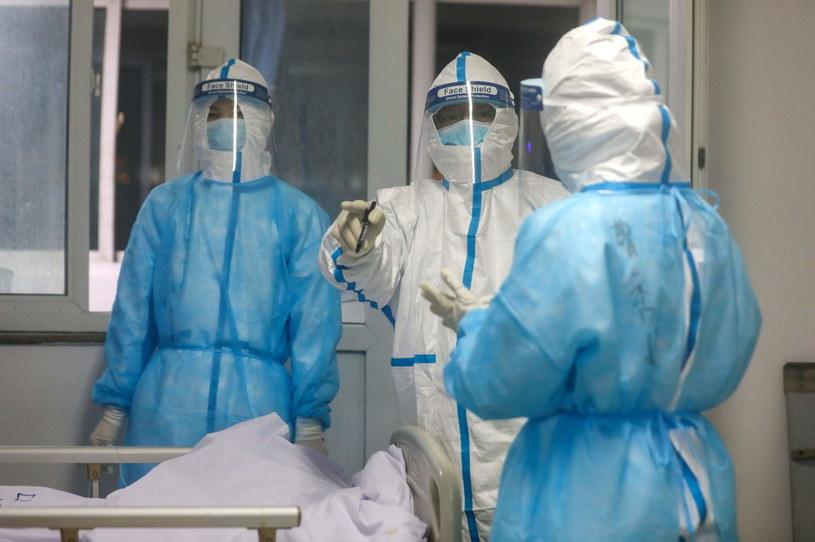 W Chinach jest już 2345 ofiar śmiertelnych koronawirusa, a liczbę zakażonych szacuje się na 76 tys. /Feature China/Barcroft Media  /Getty Images