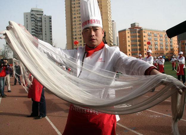 W Chinach przygotowanie makaronu to prawdziwa sztuka /AFP