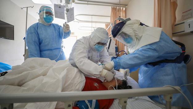 W Chinach zakażonych wirusem jest ponad 68,5 tys. ludzi /STRINGER /PAP/EPA