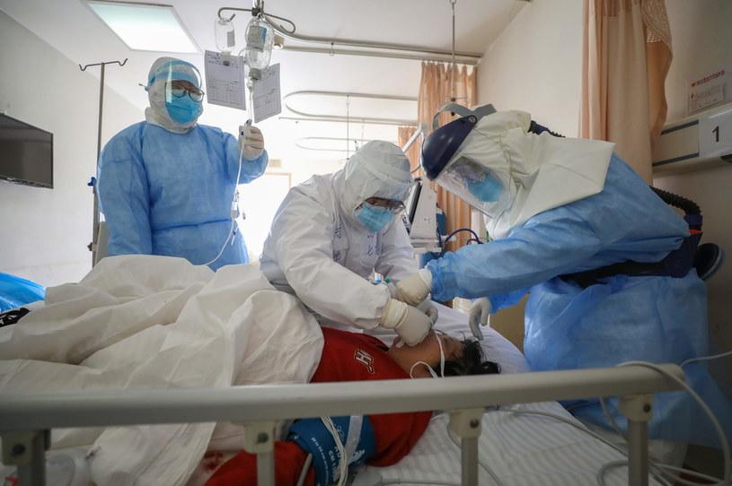 W Chinach zakażonych wirusem jest ponad 68,5 tys. osób /STRINGER /PAP/EPA