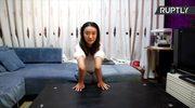 """W Chinach żyje """"kobieta guma"""". Potrafi ekstremalnie wyginać swoje ciało"""