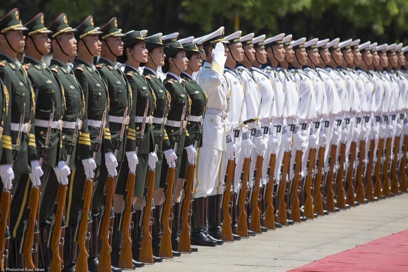 W chińskich kompaniach honorowych zaczęły pojawiać się kobiety /East News