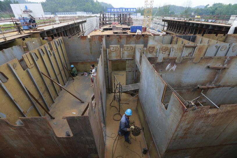 Wchińskiej prowincji Syczuan ponad 1000 pracowników stoczniowych uwija się przy kadłubie potężnego statku /AFP