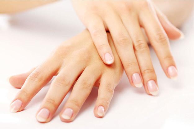 W chiromancji nie tylko linie i wzgórki są ważne, trzeba bezwzględnie pamiętać o kształcie palców i paznokci /123RF/PICSEL