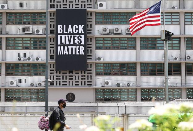 W ciągu ostatnich dwóch tygodni protesty w tej sprawie przetoczyły się przez całe Stany Zjednoczone i wiele krajów na świecie /YONHAP   /PAP/EPA