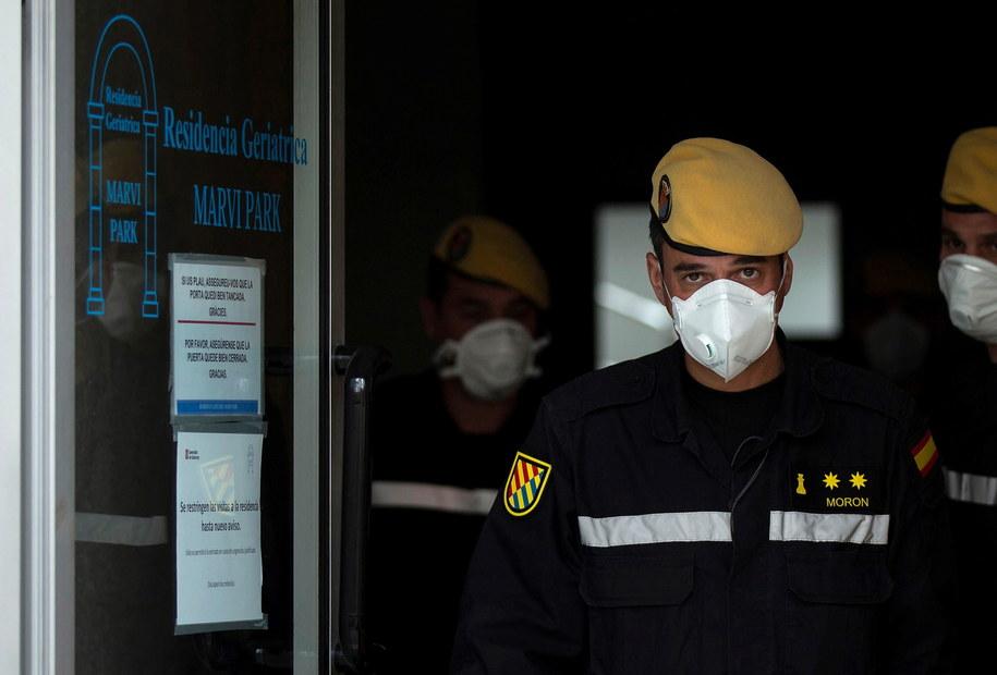 W ciągu ostatniej doby 832 zgony wskutek koronawirusa w Hiszpanii /ENRIC FONTCUBERTA /PAP/EPA