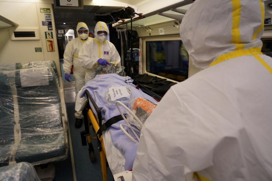 W ciągu ostatniej doby liczba zgonów w Hiszpanii z powodu koronawirusa wzrosła o 757 do 14,4 tys., a zakażeń o 6180 do ponad 146,6 tys. /RENFE / HANDOUT /PAP/EPA