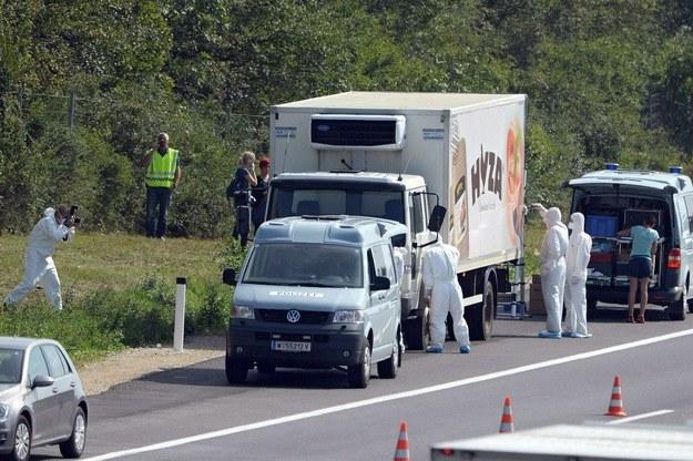 W ciężarówce znajdowały się zwłoki 71 osób /PAP/EPA