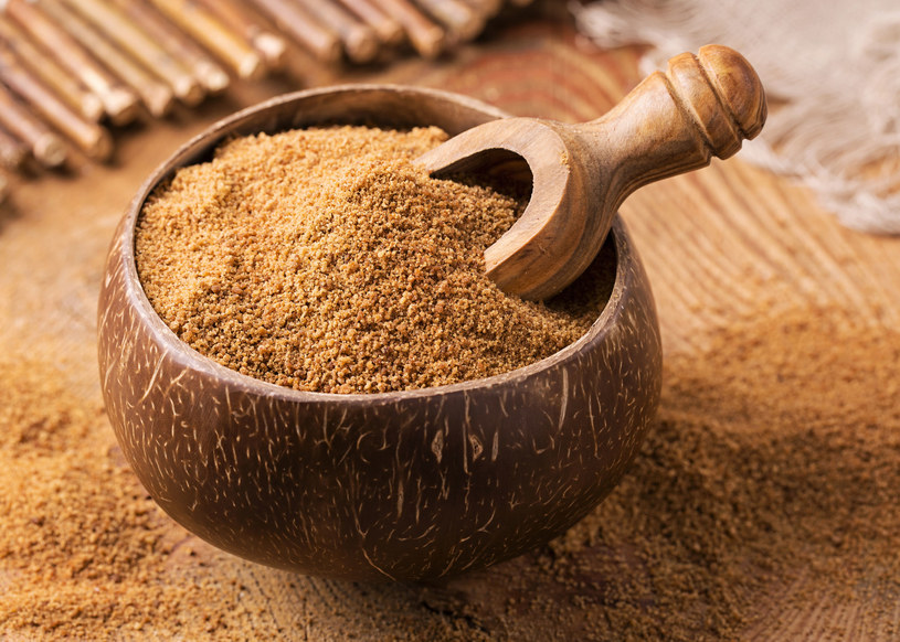 W cukrze z palmy kokosowej można znaleźć też spore ilości potasu, cynku, żelaza, magnezu czy wapnia /123RF/PICSEL