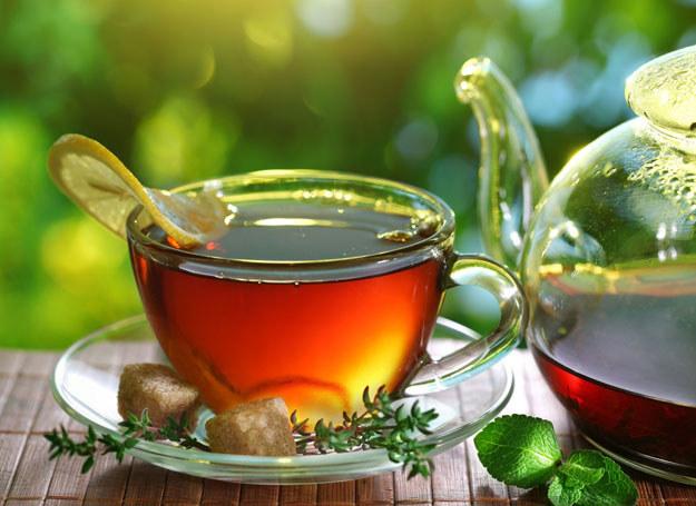 W czarnej herbacie znajduje się teaflawina, która poprawia funkcje poznawcze mózgu /123RF/PICSEL