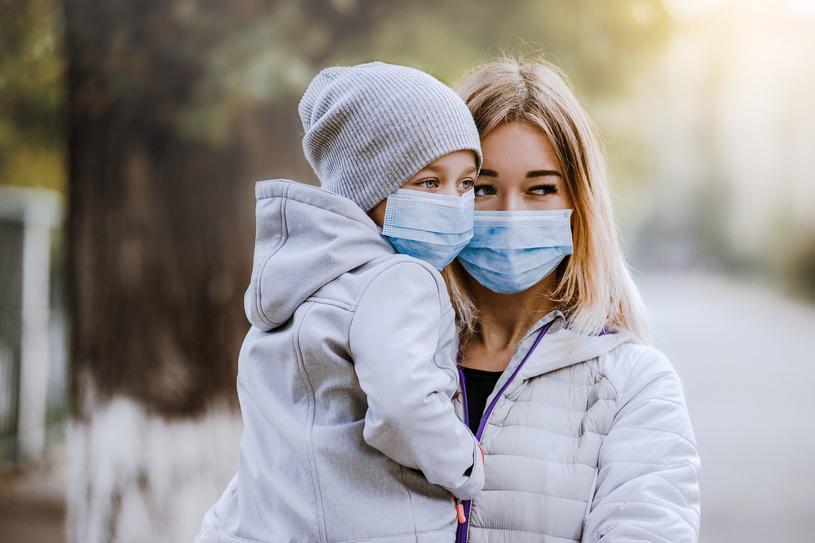 W czasie alarmu smogowego dzieci nie powinny wychodzić na zewnątrz /123RF/PICSEL