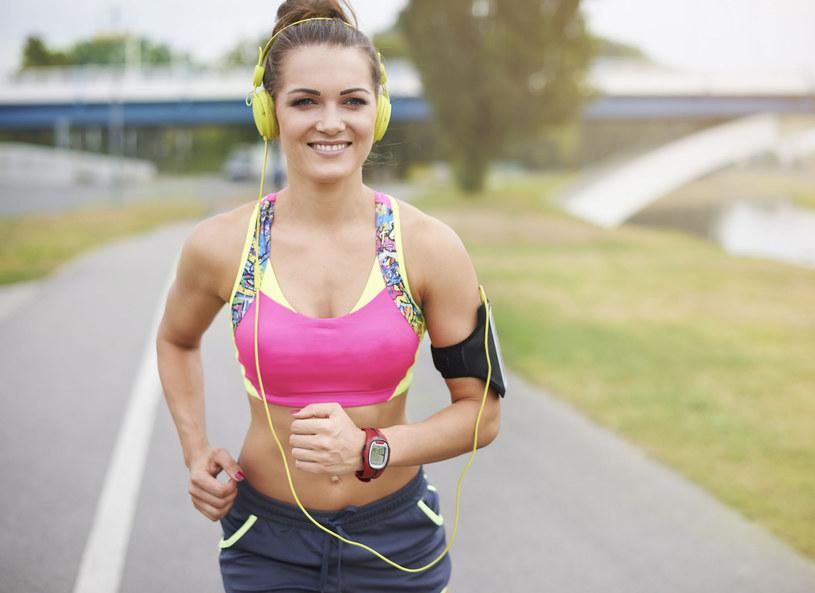 W czasie biegania warto zmieniać tempo /123RF/PICSEL