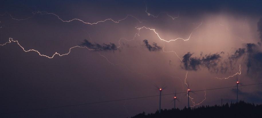 W czasie burzy najlepiej przebywać w pomieszczeniu /Patrick Seeger  /PAP