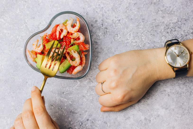 W czasie diety IF możemy spożywać posiłki tylko w wyznaczonych porach /123RF/PICSEL