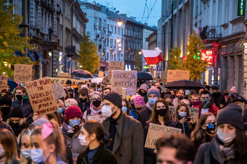 W czasie protestów w sprawie prawa aborcyjnego wielu komentatorów dziwiło się, skąd na ulicach wzięli się wszyscy młodzi ludzie /Jan Graczynski/East News /East News