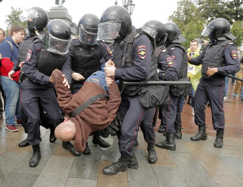 W czasie sobotnich demonstracji w Moskwie, której uczestnicy domagali się dopuszczenia opozycji do wyborów, zatrzymano prawie 830 osób /MAXIM SHIPENKOV    /PAP/EPA