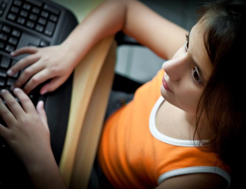 W czasie wakacji dzieci chętniej korzystają z różnego rodzaju portali społecznościowych /123RF/PICSEL