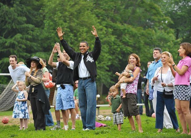 """W czasie wolnym Obama zakłada workowate, wyblakłe, """"tatusiowe"""" jeansy /AFP"""