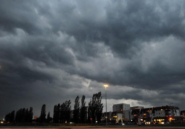 W czerwcu warto mieć pod ręką parasolkę /Marcin Bielecki /PAP