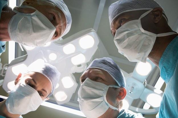 """W czterech miejscach Kodeks Etyki Lekarskiej napomina lekarzy, by nie """"dyskredytowali kolegów"""", zapędzając się aż do zakazu krytyki samorządu lekarskiego w mediach /123RF/PICSEL"""