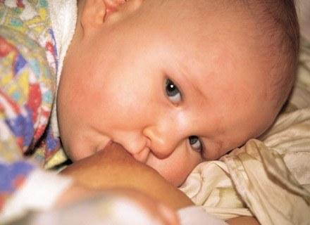 W czym najlepiej jest przechowywać mleko odciągnięte z piersi? /INTERIA.PL