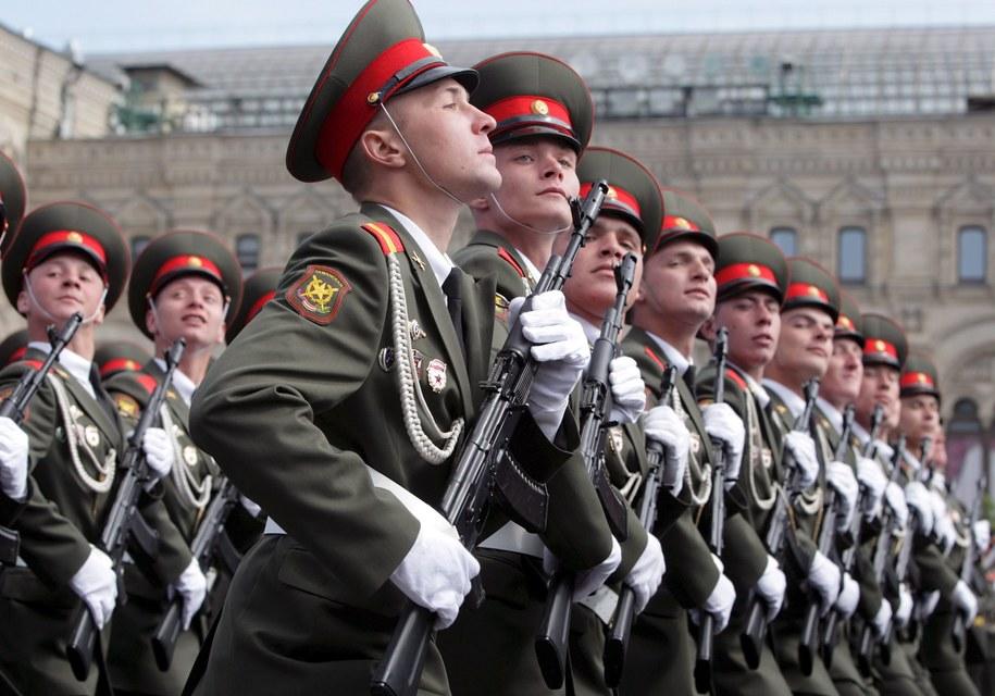 W defiladzie bierze udział ponad 11 tys. żołnierzy /YURI KOCHETKOV /PAP/EPA