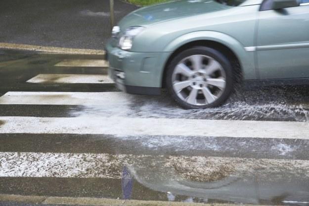 W deszczu pojawia się ryzyko aquaplaningu /