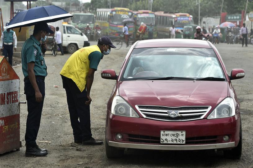 W Dhace nie działa transport zbiorowy, a do tego kierowcy i pasażerowie aut muszą liczyć się z kontrolami /Salim/Xinhua News /East News