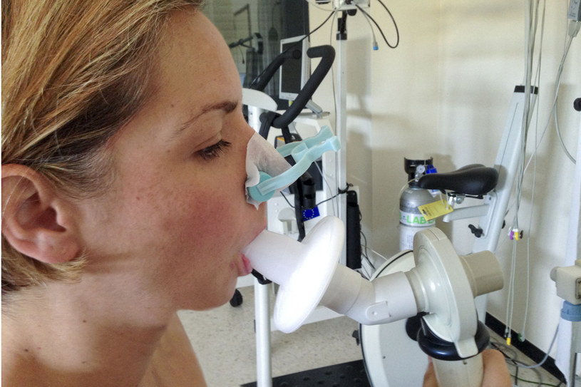W diagnozowaniu wykorzystuje się między innymi spirometrię /123RF/PICSEL