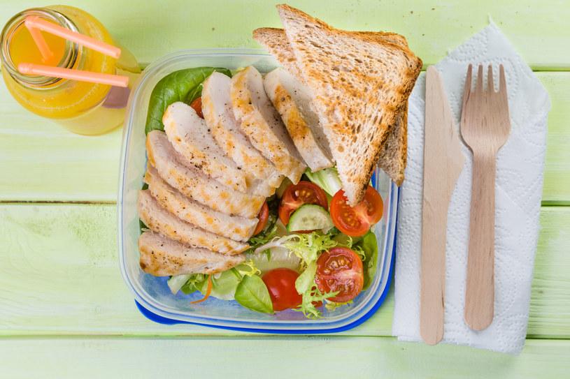 W diecie niskoenergetycznej powinno przeważać chude mięso drobiowe i warzywa /123RF/PICSEL