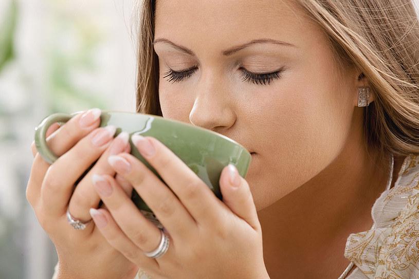 W diecie oczyszczającej ważne jest przyjmowanie odpowiednich płynów. Warto sięgnąć również po zieloną herbatę /123RF/PICSEL