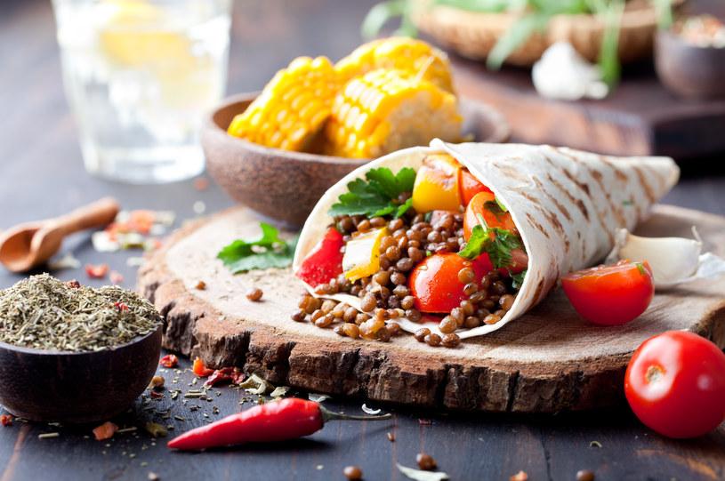 W diecie wege najważniejsze są rośliny strączkowe, kasze i warzywa /123RF/PICSEL