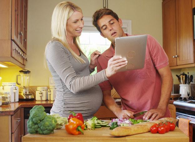 W dietach dla osób z cukrzycą niewskazane są owoce typu banany, winogrona, a także pieczywo. /123RF/PICSEL