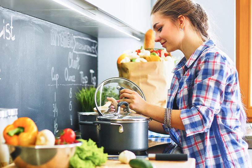 W długoterminowym menu dobrze sprawdzają się zupy, sycące dania jednogarnkowe /materiały promocyjne