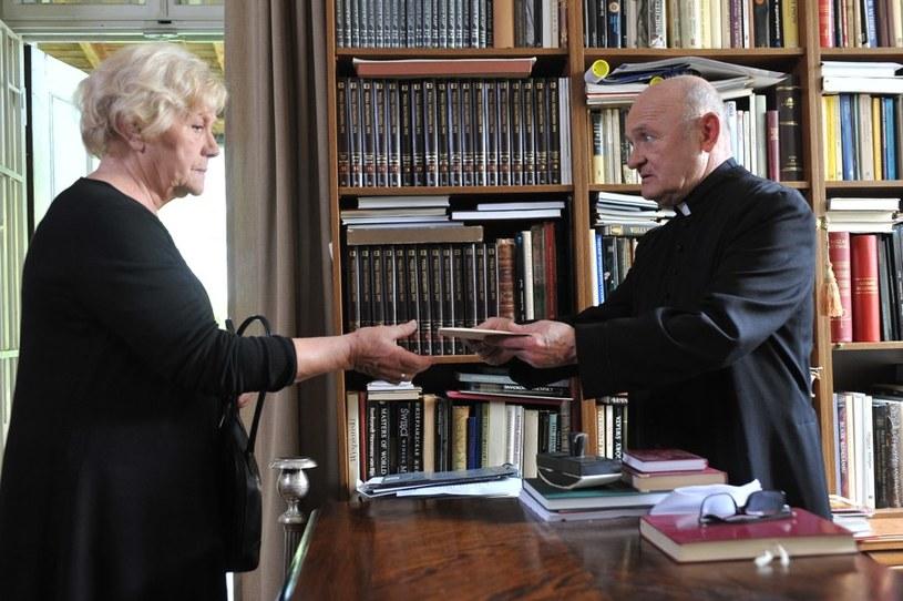 W dniu pogrzebu Michała proboszcz (Maciej Damięcki) przekaże Barbarze (Teresa Lipowska) kopertę, którą zostawił dla niej młody Łagoda /Agencja W. Impact
