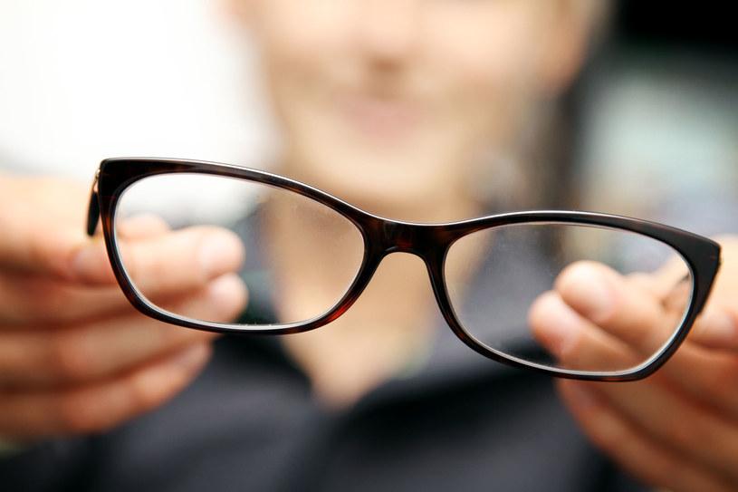 W dobrych okularach szkła korygujące nie tylko mają właściwą moc, ale są też odpowiednio rozmieszczone /123RF/PICSEL
